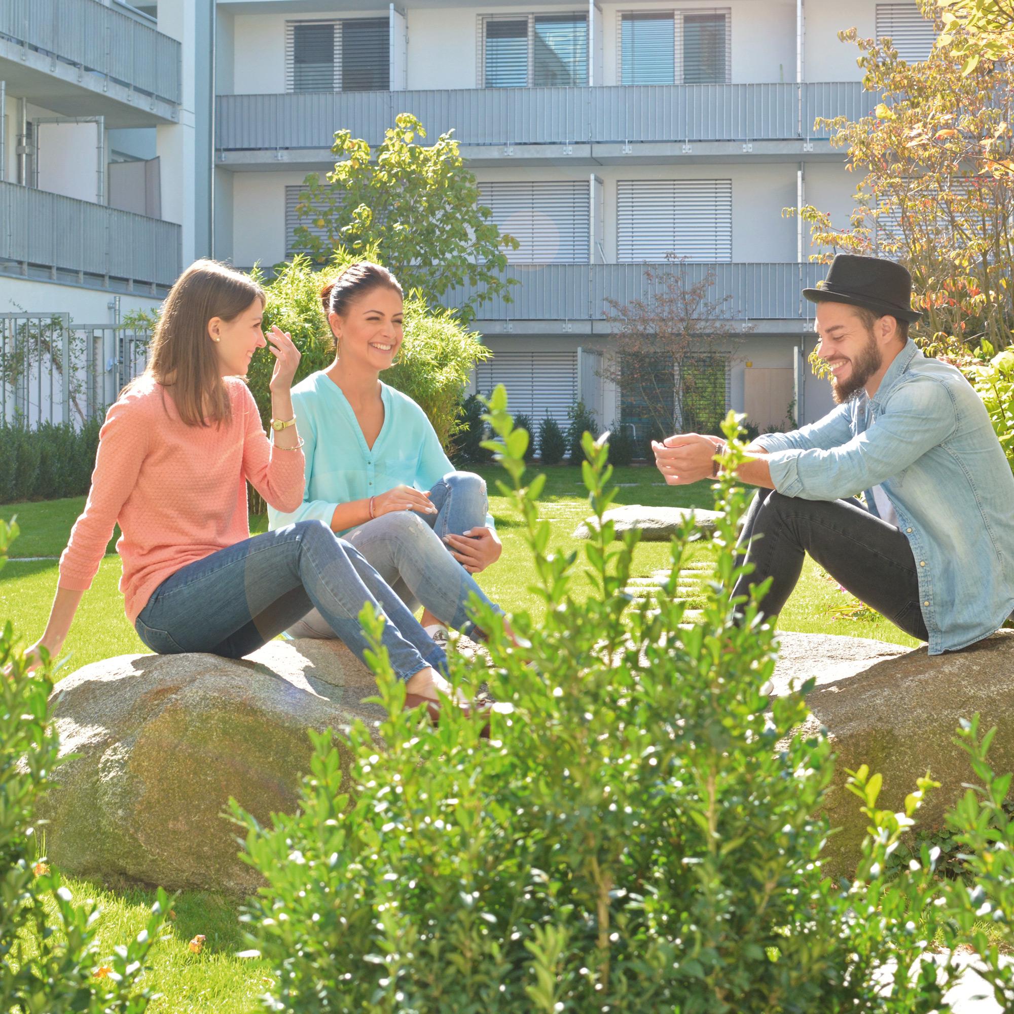 Studenten im begrünten Innenhof der Studiosus 3 Studentenwohnanlage