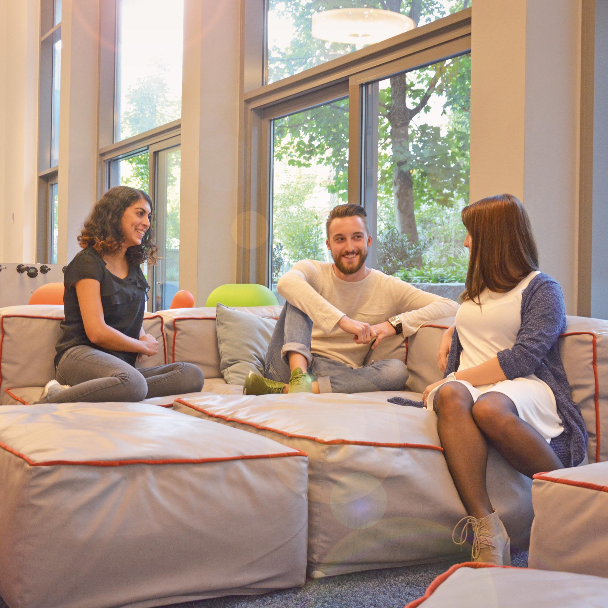 Studenten im Lounge-Bereich im Gemeinschaftsraum der Studiosus 4 Studentenwohnanlage