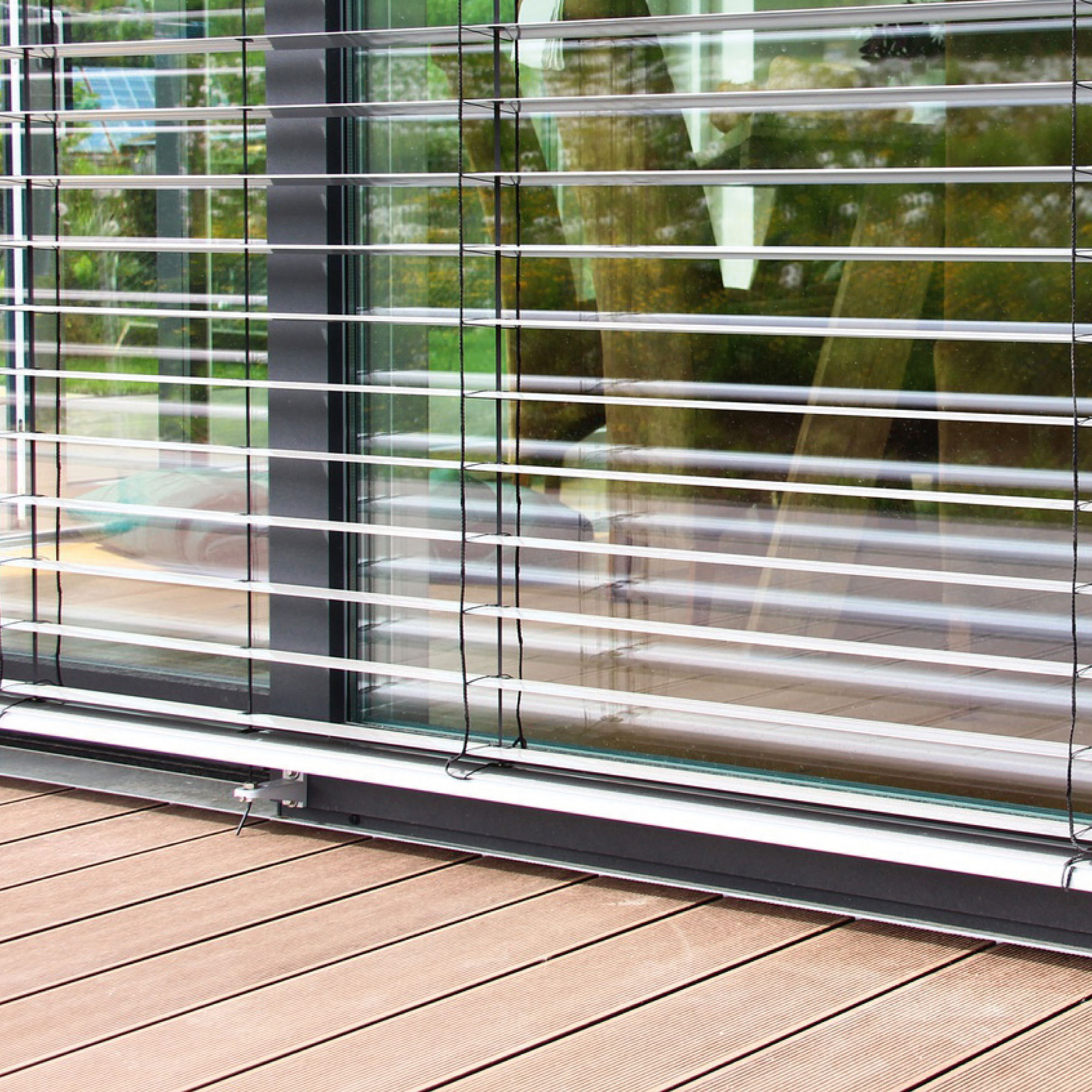 Sicht- und Sonnenschutz durch verstellbare Jalousien in den Apartments der studiosus Wohnanlage