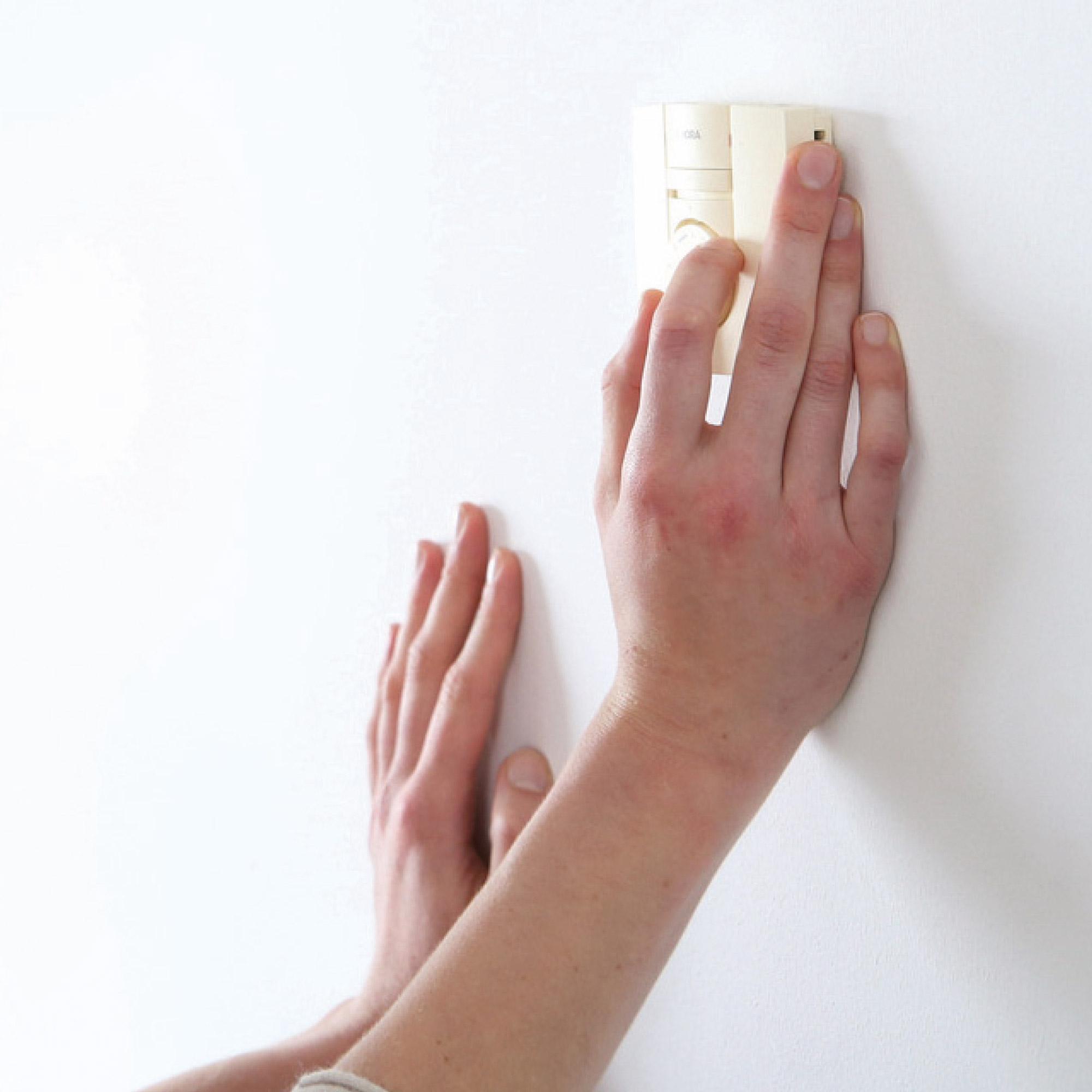 Temperatur- und Zeitregler der integrierten Fußbodenheizung und Bad-Wandheizung in den Apartments der studiosus Wohnanlage
