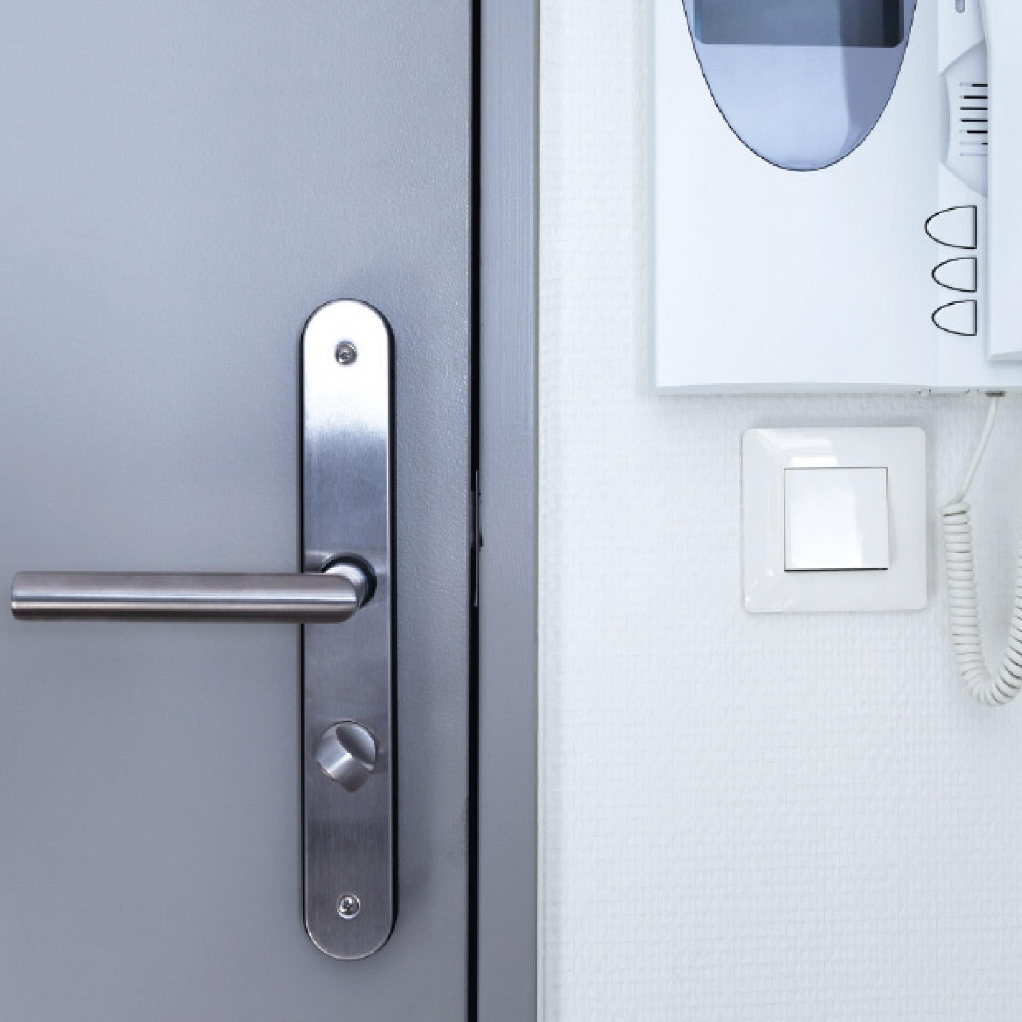 Tür mit Schließanlage und integrierter Sprechanlage in jedem Apartment der Wohnanlage studiosus 5 in Augsburg