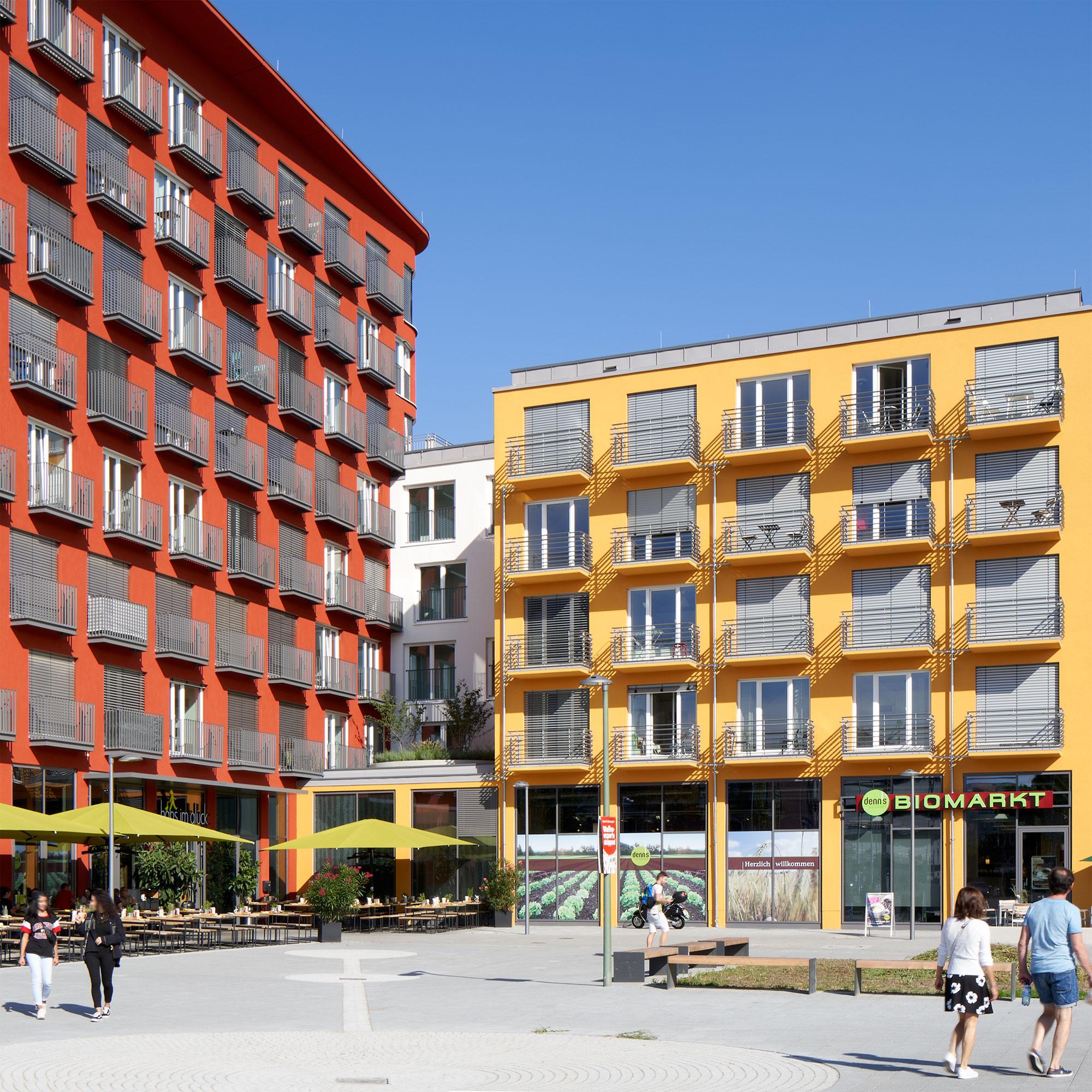 Außenansicht der studiosus 5 Wohnanlage in Augsburg mit Vorplatz und integrierten Ladenflächen
